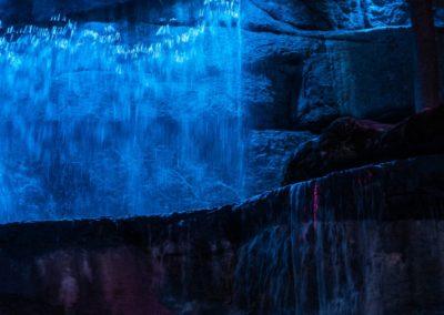 Освещение водопада, скал