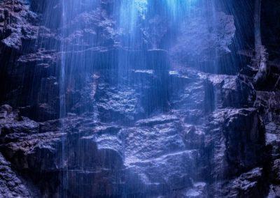 Освещение внутри водопада