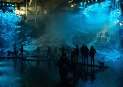 Освещение скалы с водопадом