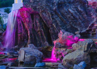 Скалы с водопадом ночью