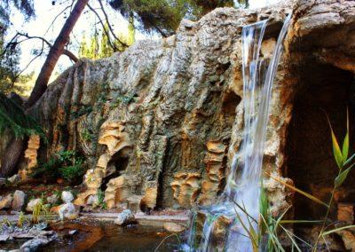 Скала-пещера