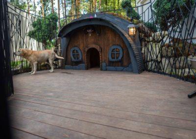 Креативное решения пространства для собаки в виде дома Хоббита