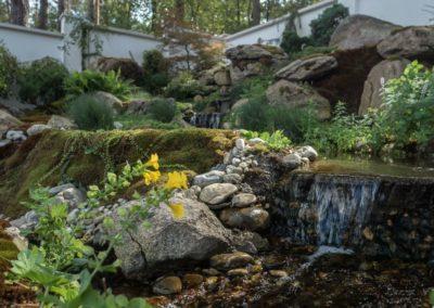 Сад с водопадом и валунами