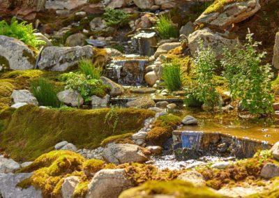 Водопад с переливами в озеро