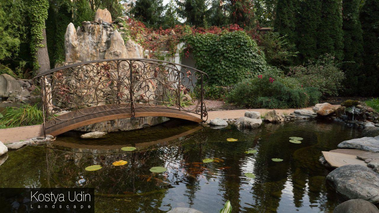 Декоративный пруд с мостиком