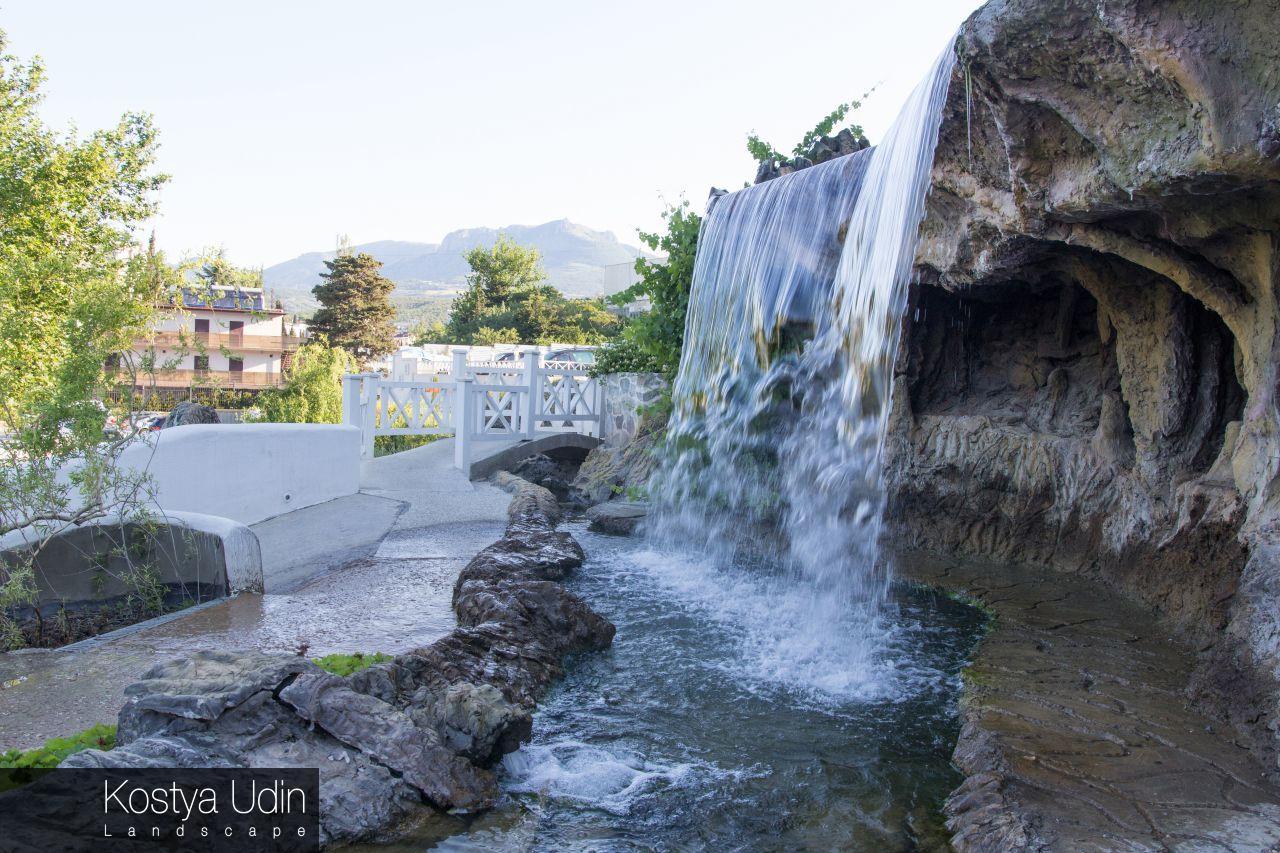 Искусственный водопад отеля
