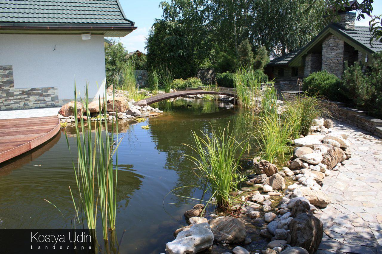 Декоративное озеро с мостиком