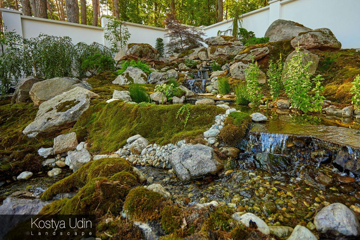 Сад декорирован мхами и валунами