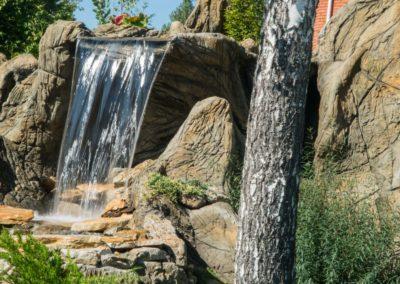 Декоративный водопад со скалами
