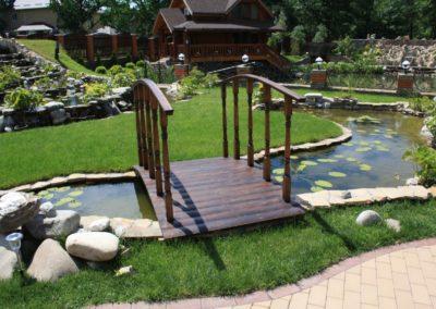 Декоративный водоём с мостиком