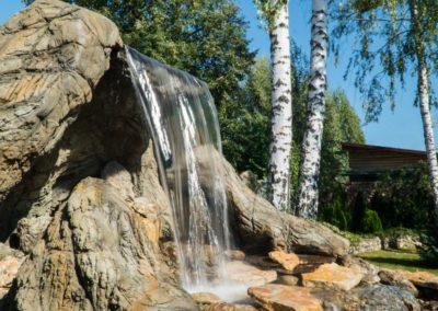Декоративный водопад, падающий в озеро
