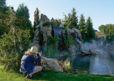 Искусственные скалы с водопадом