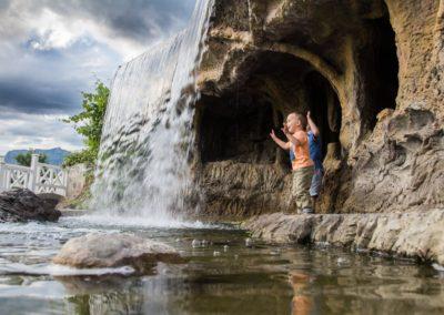 Селфи зона в гроте водопада