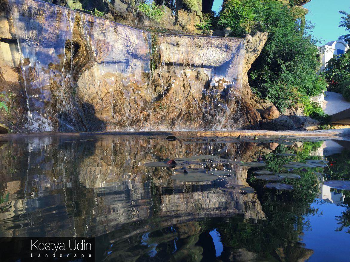 Декоративный водопад с озером