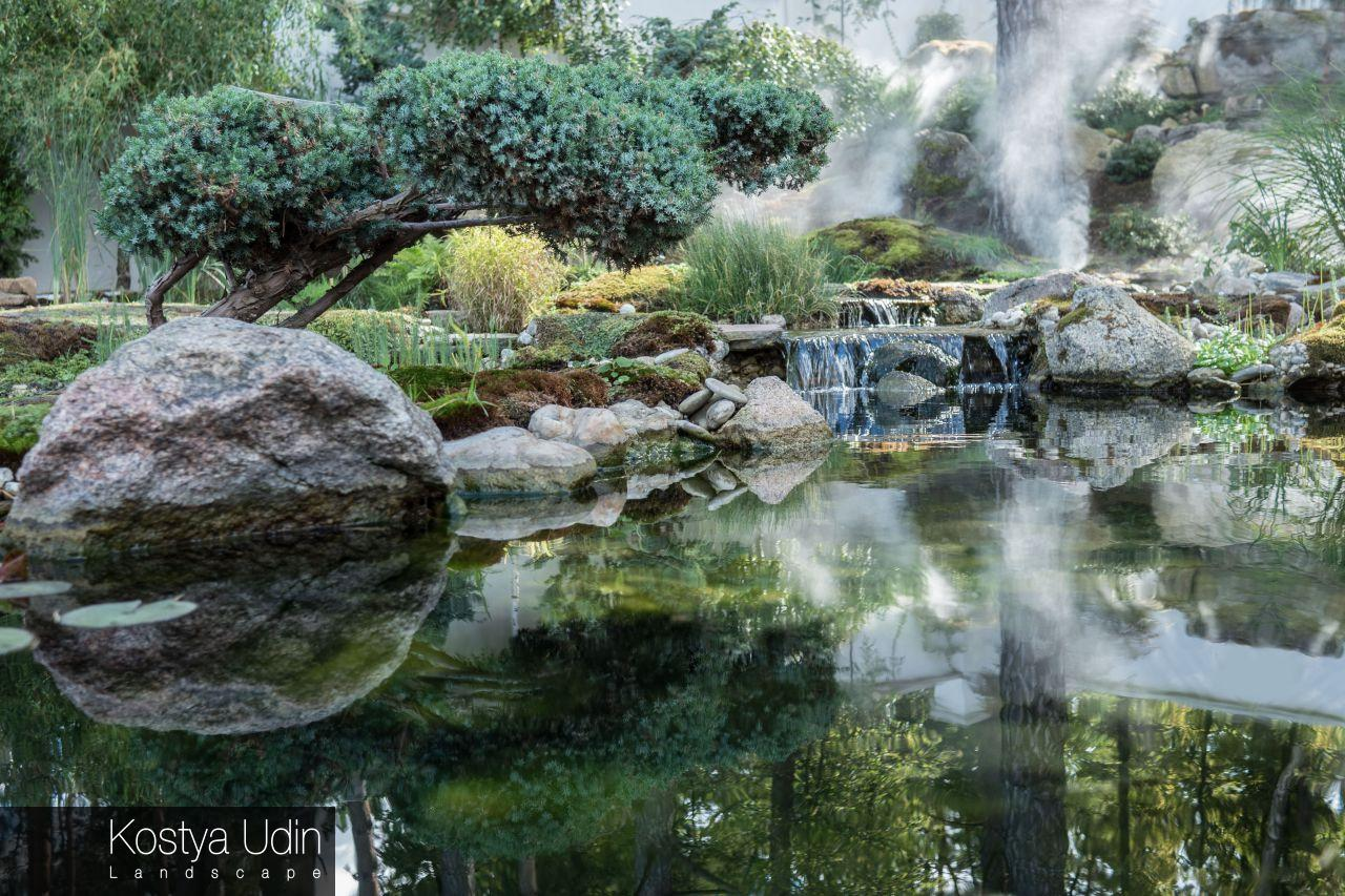 Японский сад с озером и валунами
