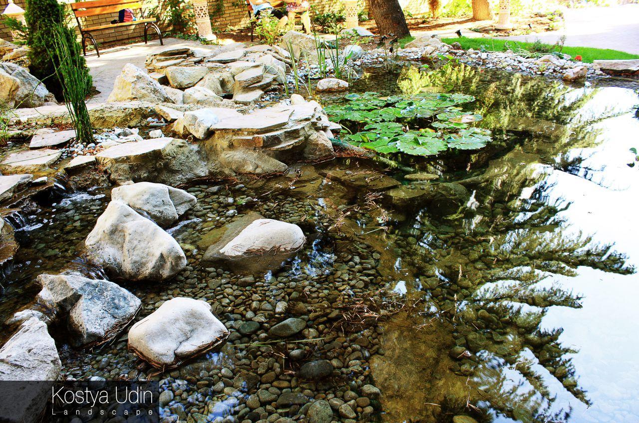 Декоративное озеро с галькой и валунами