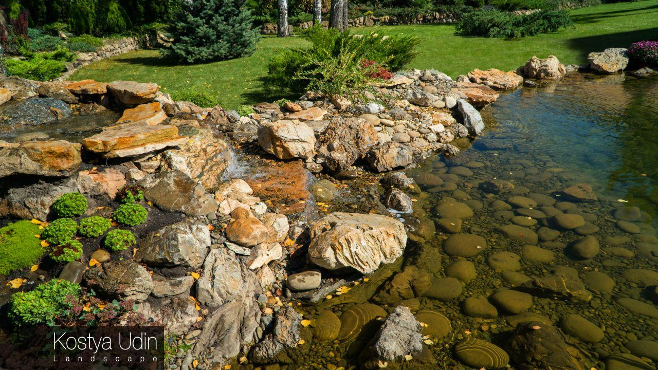 Декор берега озера камнем