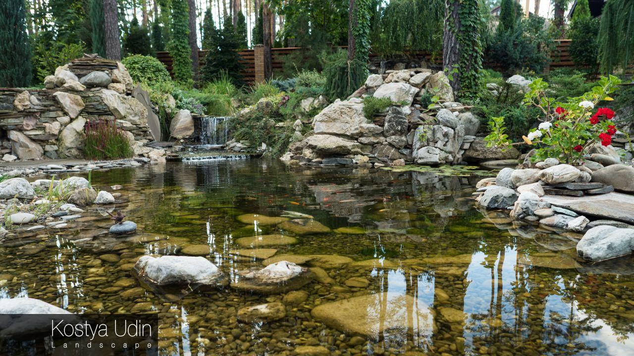 Декоративный пруд с карпами