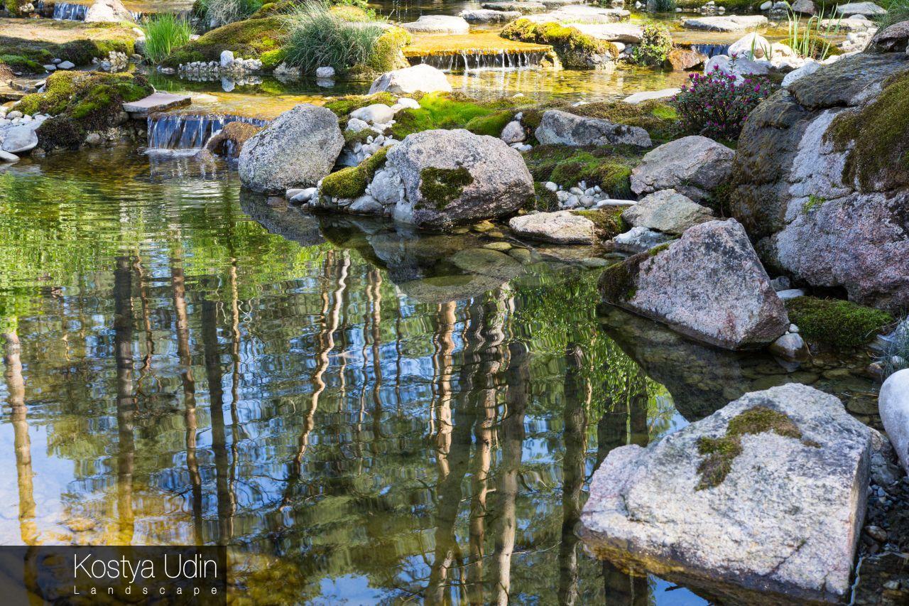Декоративное озеро с валунами